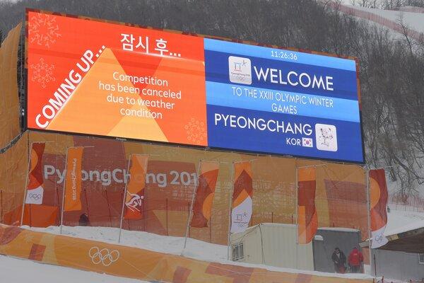 Tabuľa hlási, že slalomové preteky žien sú zrušené.