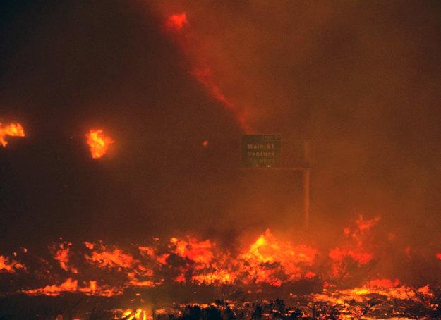 Kaliforniu zasa sužujú požiare.
