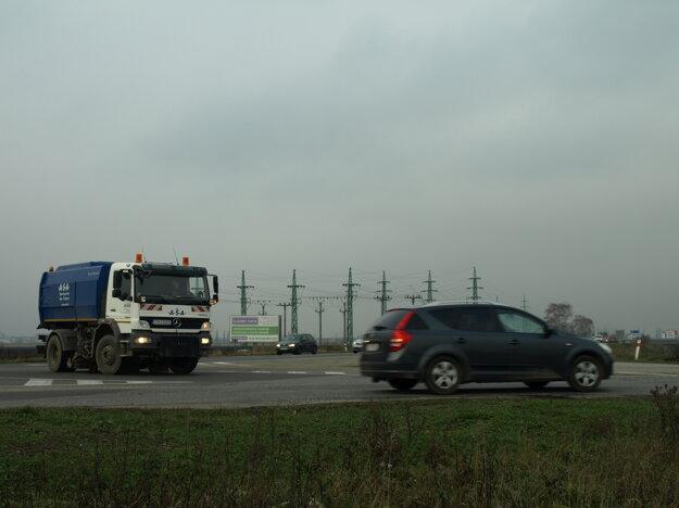 Križovatka na obchvate, najväčší problém je sa zaradiť do premávky z vedľajších ciest.