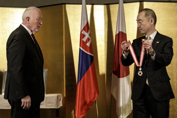 František Šebej si preberá japonské štátne vyznamenanie pre cudzincov,Rád vychádzajúceho slnka so zlatou a striebornou hviezdou, od japonského veľvyslanca v SR Juna Šimmiho.