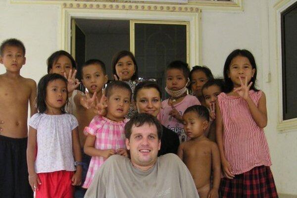 """V rokoch 2004-2012 pôsobil ako sociálny pracovník a manažér v projekte """"House of Family"""" v Phnom Penh, Kambodža."""