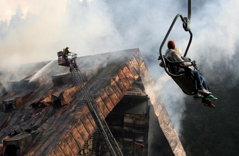 Vstredisku Jasná vNízkych Tatrách hasilo rozsiahly požiar hotela Junior niekoľko hasičských posádok celé hodiny. Celá oblasť bola zadymená, zvedaví turisti využili lanovku, aby si mohli nešťastie pozrieť znadhľadu. Pri požiari zahynul jeden hostí a zhotela zostali ruiny. (6. 10. 2015, Jasná)