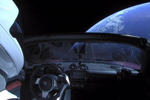 Pohľad na Zem z Tesly Roadster, ktorú do vesmíru vyniesla raketa Falcon Heavy.