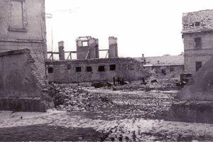 Delostrelecké kasárne v Lučenci po zbombardovaní a odprataní trosiek. (1945)