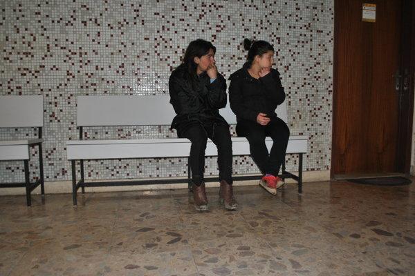 Mama s dcérou Irenou. Na lavičke sediace dievča nohami nedočiahlo na zem.