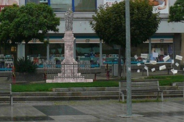 Vizualizácia plánovaného umiestnenia sochy svätca na námestí.