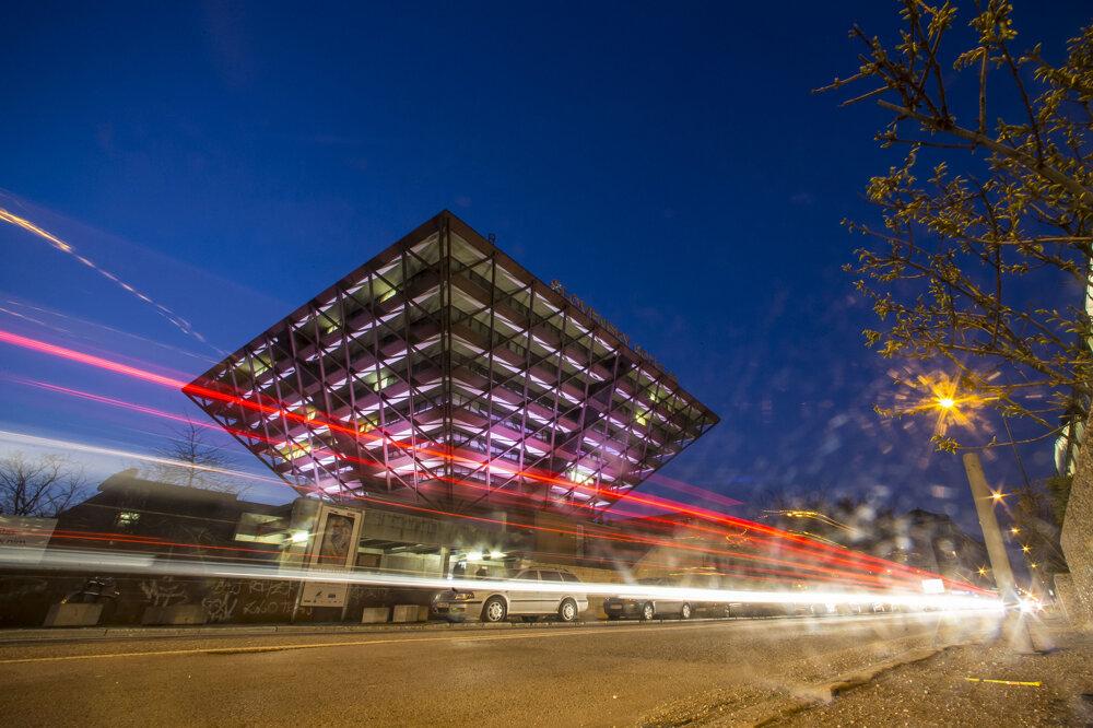 Nasvietená pyramída rozhlasu počas osláv tridsiateho výročia vysielania znovej budovy.