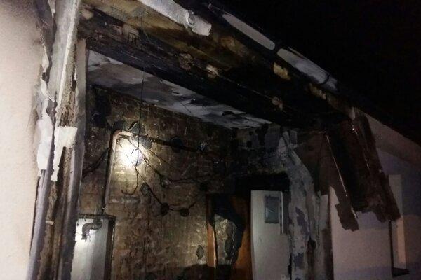 Horel prístrešok a vchodové dvere.