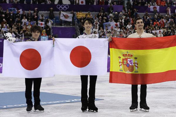Dve japonské medaily, jedna španielska - uprostred zlatý Juzuru Hanju, vľavo jeho strieborný krajan Šoma Uno, vpravo majster Európy Javier Fernandez s bronzom.