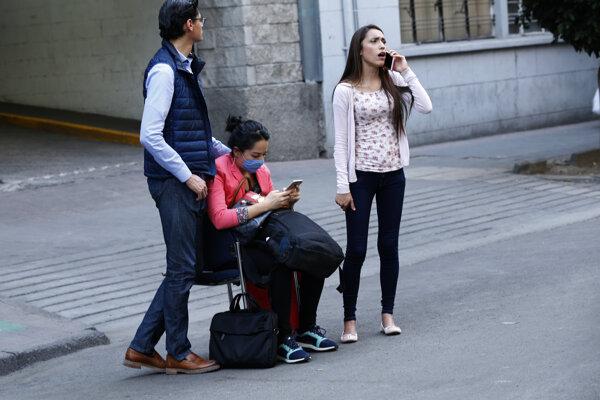 Ľudia čakajú pred budovou po silnopm zemetrasení, ktorého záchvevy pocítili aj mexickej metropole.