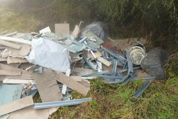 Takto vyzerá nová divá skládka odpadu pri môťovskej priehrade.