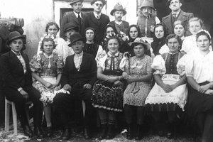 """Lupočskí divadelníci z r. 1941, hra """"Rozmarín"""", rozprávačka Šarlota Koporcová je v prvom rade druhá zľava. Kroje sú vypožičané, pretože Lupoč nemala takéto folklórne oblečenie"""