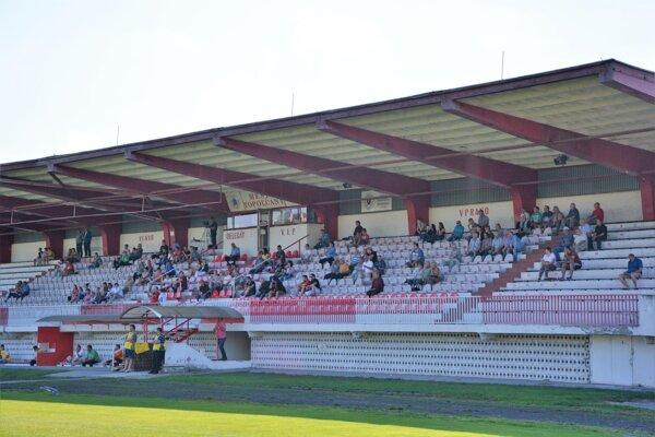 Topoľčianskemu futbalu ubúdajú fanúšikovia.