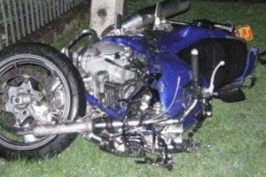 ORAVSKÁ POLHORA, apríl 2014. Pri tragickej dopravnej nehode vyhasli dva ľudské životy. Päťdesiatročný Oravskopolhorčan, ktorý sa večer vracal z návštevy, aj motorkár, ktorý ho zrazil na kraji cesty.