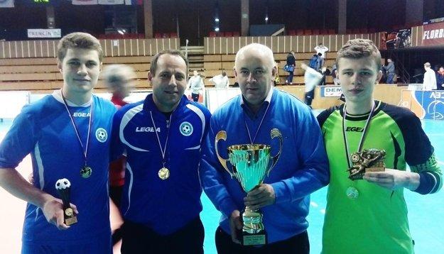 Zľava najlepší hráč turnaja Adam Chňapek, tréner Peter Drahoš, predseda ObFZ Nitra Štefan Korman a najlepší brankár Miroslav Géci.
