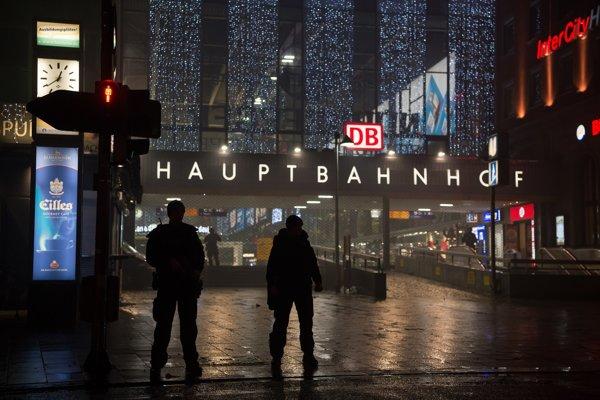 Nemecká špeciálna jednotka stojí pred hlavnou železničnou stanicou v Mníchove.