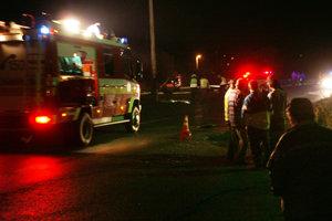 BABÍN, október 2008. Po predchádzajúcej hádke s priateľkou si mladík ľahol na cestu. Volal kamarátom, že sa chce zabiť. Vzápätí ho prešli dve autá. Stopy po nehode museli hasiči zmývať prúdom vody.