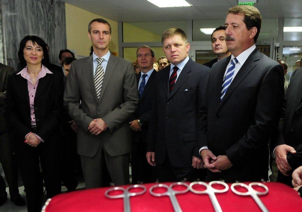 Zľava: Riaditeľka prešovskej nemocnice Monika Pažinková, minister zdravotníctva Richard Raši, premiér Robert Fico a Pavol Paška v máji 2010.