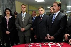 Primátor Richard Raši je považovaný za sivú eminenciu zdravotníctva pod taktovkou Smeru. Zľava: Bývalá šéfka ÚDZS Monika Pažinková, Richard Raši, premiér Robert Fico a Pavol Paška v máji 2010.
