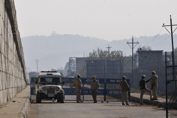 Cestné bariéry po útoku na základňu v meste Pathankot.