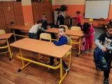 Učitelia majú nízky spoločenský status, školy nemajú dosť peňazí na prevádzku a mzdy. V snahe upozorniť na tento stav organizujú pedagógovia protestné akcie. Foto z Babysitting Day v Prešove v decembri 2015, kde sa v rámci protestu neučilo, vymieňali sa staré školské lavice za nové.