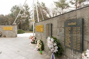 Na stenách Pamätníka popravených a umučených politických väzňov komunizmu sú mená popravených, umučených a zavraždených pri úteku.