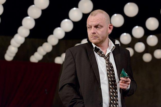 Ľuboš Kostelný ako Michal v hre Bál v Činohre SND.