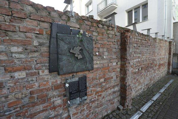 Zachovaná časť múru varšavského geta.