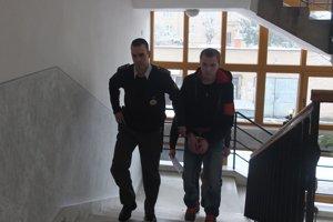 Michala J. predvádzajú pred sudcu.