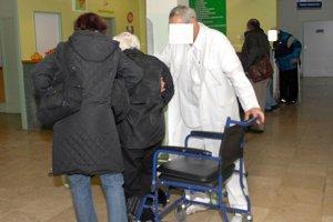 Vozíky pre pacientov. Z niektorých oddelení si ich vraj tiež odnášajú pacienti.