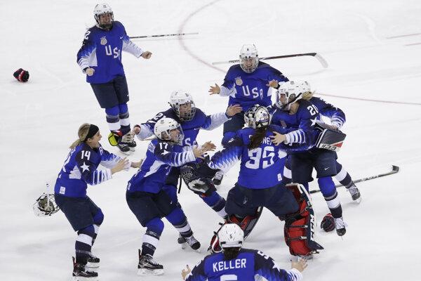 Oslavy hokejistiek USA po úspešných nájazdoch.