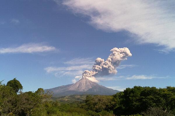 Dym a popol stúpajú zo sopky Fuego v Guatemale.