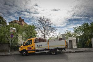 Hnedý kontajner na biologický rozložiteľný odpad - bioodpad. Kontajnery distribuuje spoločnosť Odvoz a likvidácia odpadu (OLO) a sú hradené z miestneho poplatku za komunálne odpady a drobné stavebné odpady.