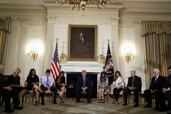 Trump s rodinami obetí streľby na školách pri modlitbe v Bielom dome.