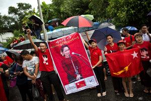 Aun Schan Su Ťij je barmskou ikonou. Voľby podľa predpokladov s prehľadom vyhrala.