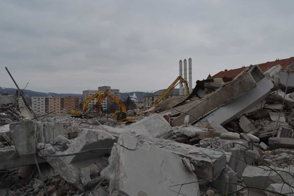 Z veľkej budovy ostali iba ruiny.