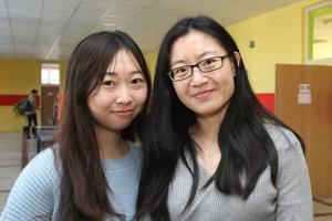 Gymnázium Mikuláša Kováča má štyroch čínskych lektorov, na snímke lektorky Čung Chuej a Lien Wej-lin.