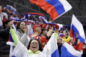 Ruskí fanúšikovia sa radujú po góle svojho tímu.