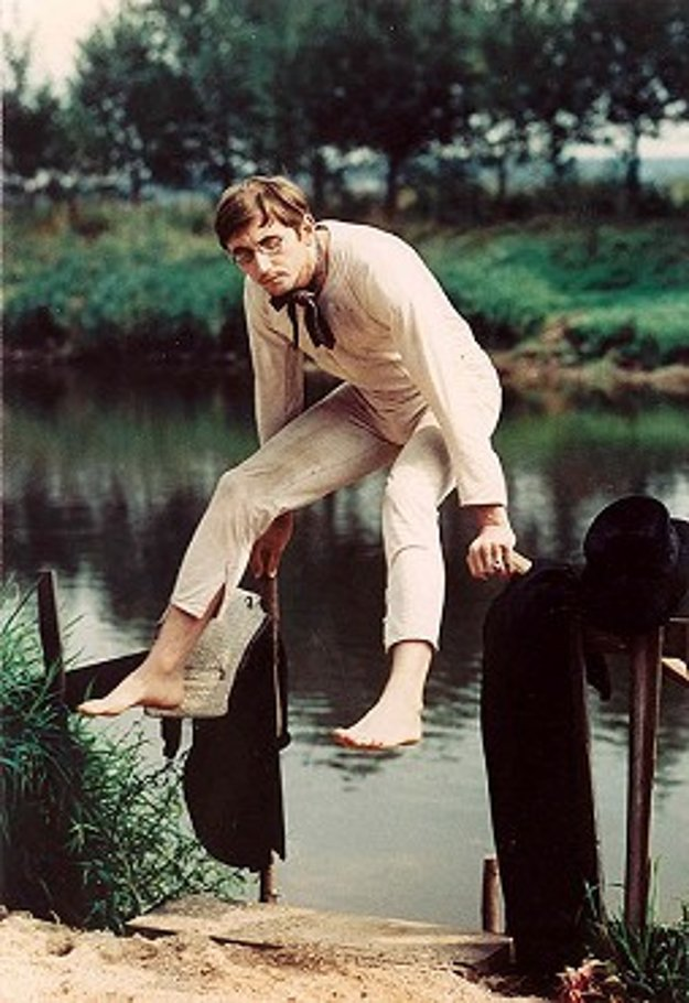 Tenhle způsob léta zdá se mi poněkud nešťastným... Vetu z románu Vladislava Vančuru preslávila aj jeho filmová podoba v réžii Jiřího Menzla. V komédii Rozmarné léto (1967) si zahral s Rudolfom Hrušínským, Vlastimilom Řehákom a Vlastimilom Brodským.