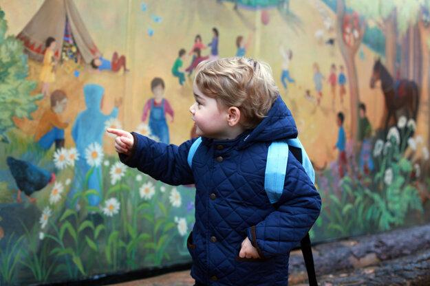 Malý princ stojaci pred maľovaným múrom v areáli škôlky.
