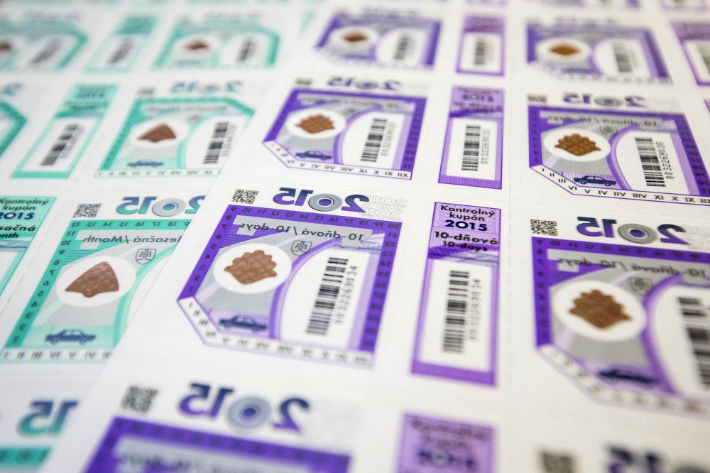 Diaľničné známky sa od 1. januára 2016 nelepia na čelné sklo vozidla, za použitie vymedzených úsekov diaľnic a rýchlostných ciest sa platí elektronicky.