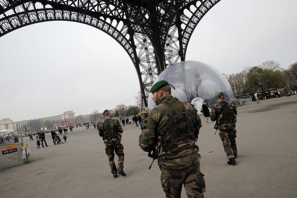 Bezprostredne po útokoch sa zvýšil počet policajtov aj vojakov v uliciach Paríža.