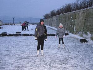 Dievčatá sa sem prišli učiť korčuľovať.