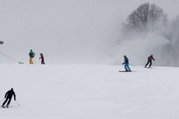 V stredisku je predovšetkým technický sneh, ktorý hlavne vo večerných hodinách primŕza. O to viac by sme mali dbať o bezpečnosť, aby sme si lyžovačku vychtnali.