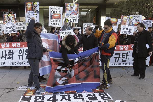 Juhokórejskí aktivisti a utečenci zo Severu protestujú v Soule proti severokórejskému režimu.