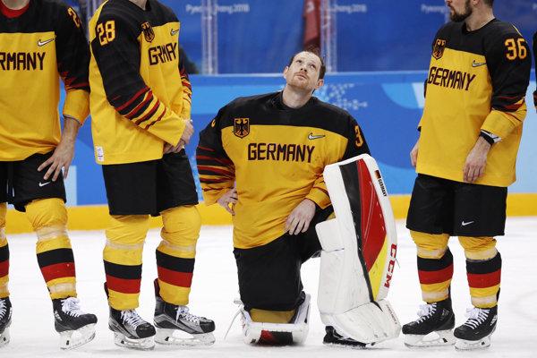 Smutní nemeckí hokejisti po finálovej prehre.
