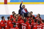 Ruskí hokejisti hádžu do vzduchu svojho trénera Olega Znaroka.