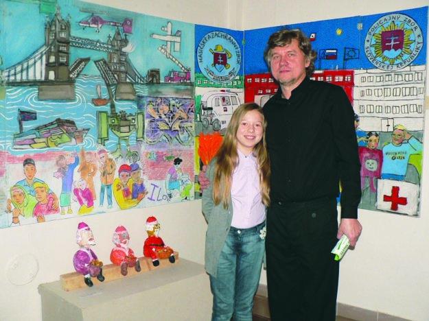 Pavol Bebjak s dcérou Eunikou pred prácou detí ZUŠ Heleny Madariovej Svet v pohybe.