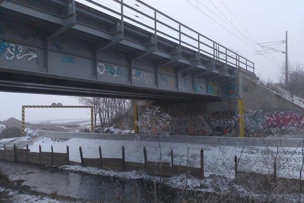 Pod mostom bude nová cesta.