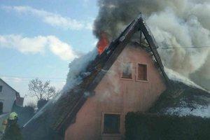 Trstinová strecha chytila od komína.